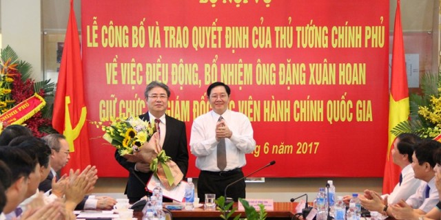 Mr. Le Vinh Tan, Minister of Ministry of Home Affairs gives a bouquet to the new president of NAPA