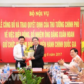 Vice Minister Nguyen Duy Thang gives a bouquet to Mr. Dang Xuan Hoan
