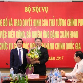 Vice Minister Trieu Van Cuong gives a bouquet to Mr. Dang Xuan Hoan