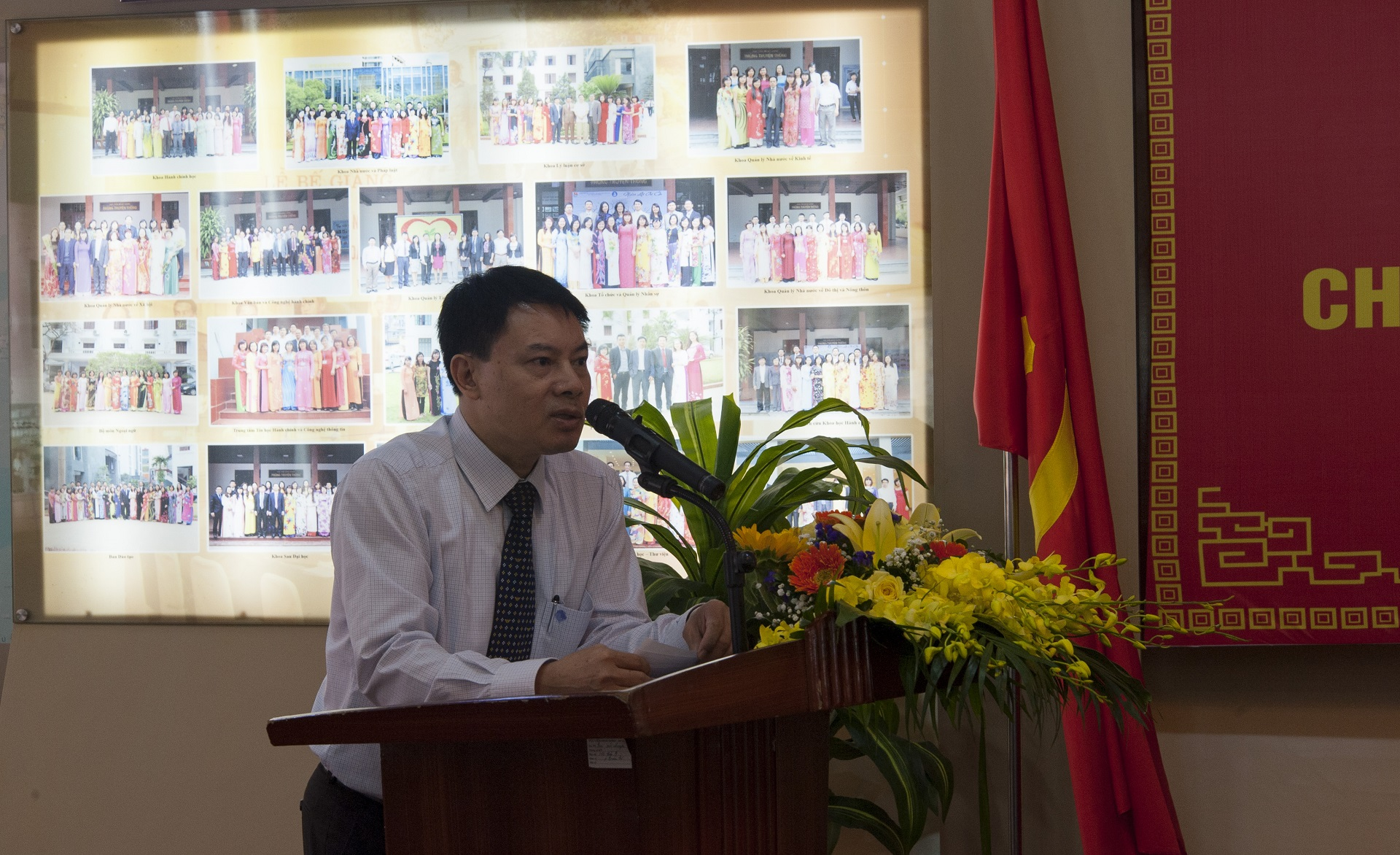 Mr. Tong Dang Hung, Vice Dean of  Public Servant Training faculty delivers a speech in the ceremony