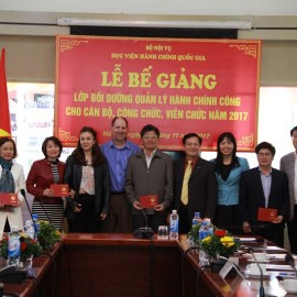 Dr. Hoang Quang Dat presents the certificate to participants
