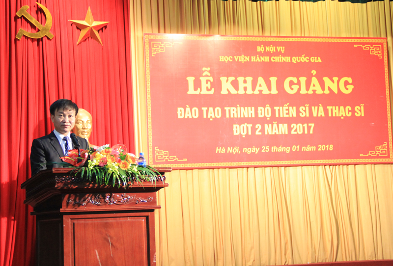 Dr. Nguyen Minh San, Vice Dean of Graduation Training Faculty delivers a speech in the ceremony