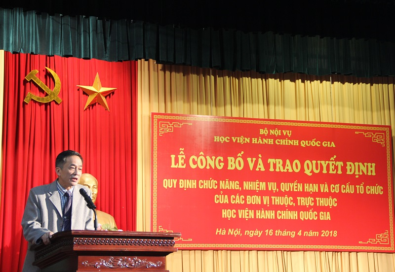 Representative of NAPA staff and lecturers, Dr. Chu Xuan Khanh giving a speech in the ceremony