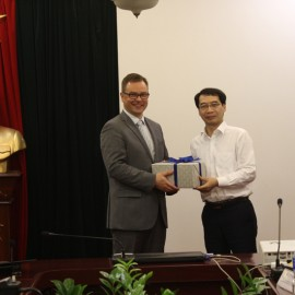Assoc. Prof. Dr. Luong Thanh Cuong presents a gift to Dr. Harri Laihonen