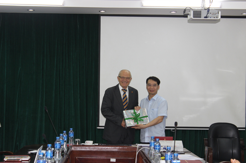 Assoc. Prof. Dr. Luong Thanh Cuong presents a gift to Professor Wolf Rieck