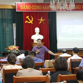 Assoc. Prof. Dr. Dang Khac Anh, Administrative Science Faculty delivers a topic in the training course