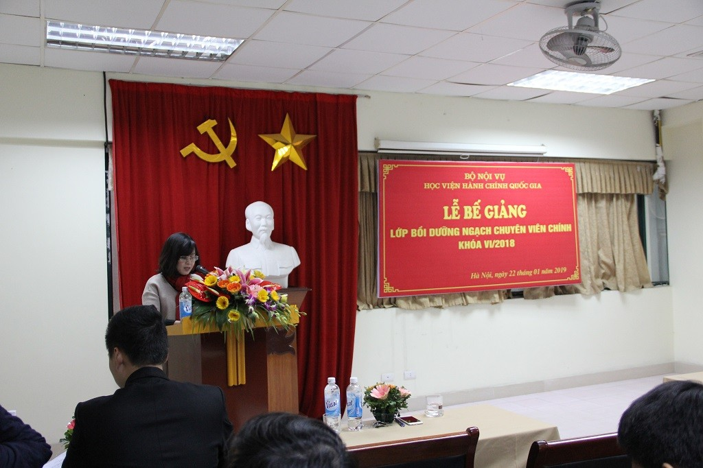 Ms. Vuong Thanh Thuy, Deputy Head of Division, Department of Fresher Training Management announced Decisions of the Training Course