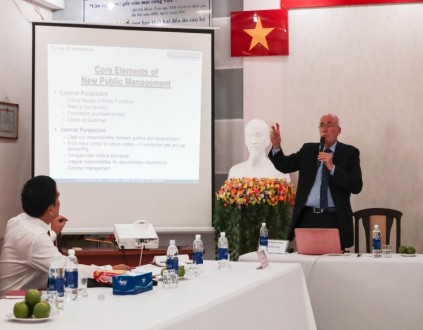 Dr. Manfred Roeber presenting at the seminar