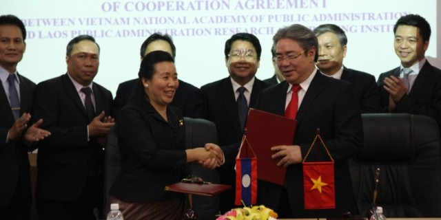Dr. Dang Xuan Hoan, NAPA President and Ms. Chantha ONXAYVIENG, Director of Institute exchange the MoU