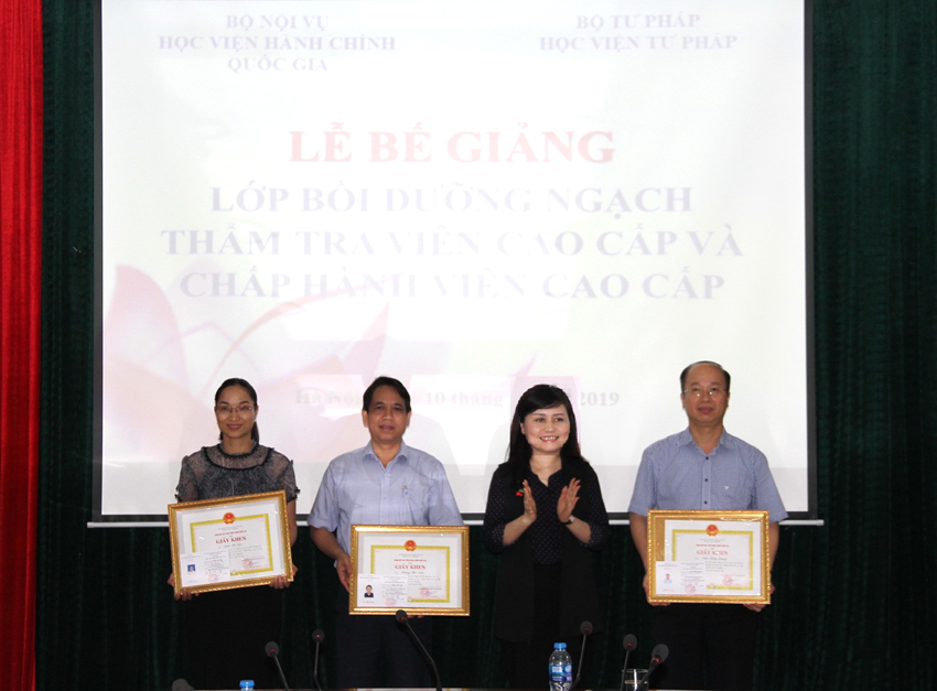 Ms. Le Phuong Thuy presenting certificates of merit to excellent trainees