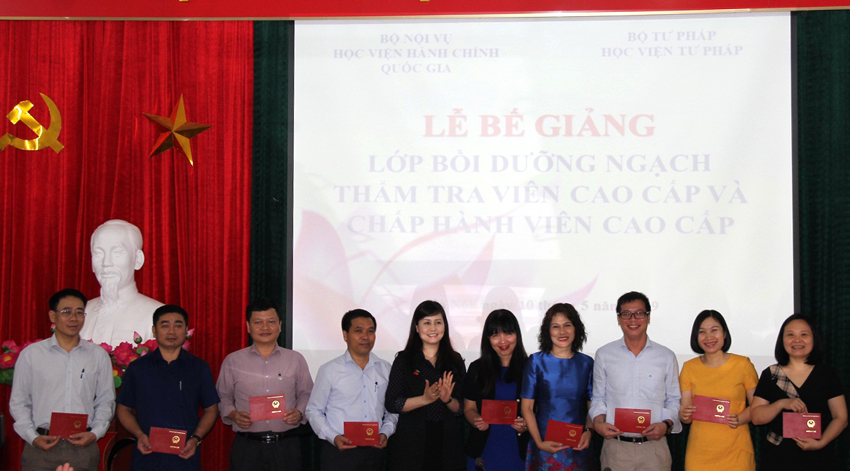 Ms. Le Phuong Thuy, Deputy Director, Department of Refresher Training Management presenting course certificates to course participants