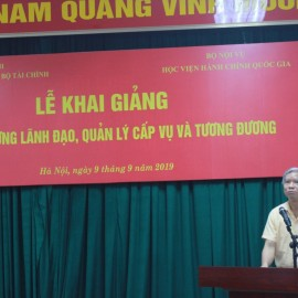 Dr. Vu Thanh Xuan, NAPA Vice President delivering opening speech     Mr. Tong Dang Hung, Deputy Director, Department of Refresher Training Management, NAPA announcing decisions