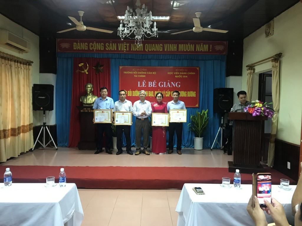 Dr. Vu Thanh Xuan, NAPA Vice President, presenting certificates of merit  to excellent trainees
