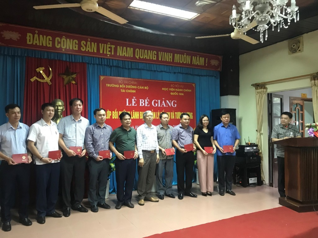 Dr. Vu Thanh Xuan, NAPA Vice President, presenting course certificates to trainees