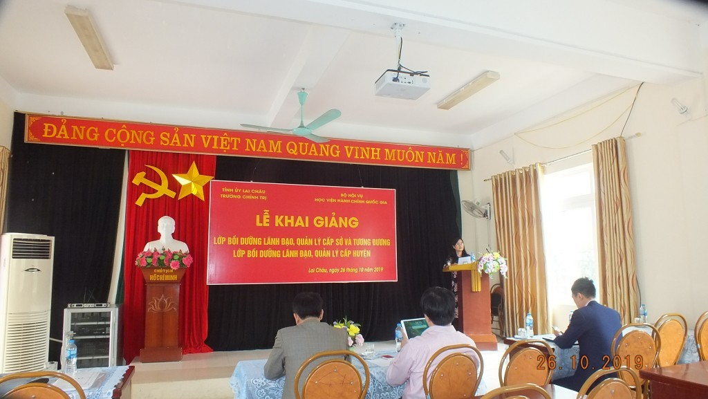 Ms. Mai Thi Phuong Dung, Head of Training Management Division announcing examination decisions