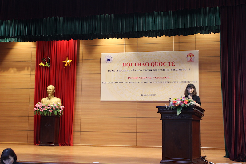 Dr. Dang Thi Minh, Faculty of State Management of Social Affairs, making a presentation at the workshop