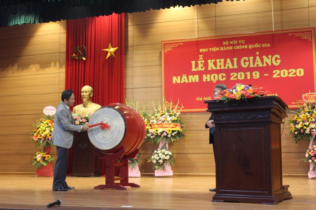 Dr. Tran Anh Tuan, Vice Minister of Home Affairs beating the drum to open the academic year of 2019 – 2020 of NAPA.