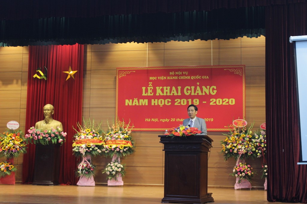Dr. Tran Anh Tuan, Vice Minister, delivering a speech.