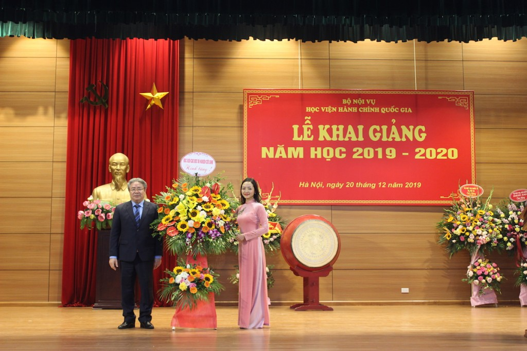 Ms. Le Thi Phong Lan, a new graduate student giving flowers to NAPA lecturers to convey their appreciation in the opening ceremony of the academic year of 2019 – 2020.