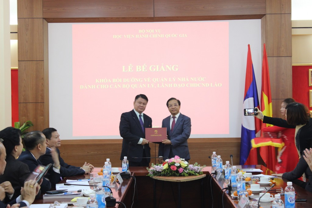 Dr. Nguyen Dang Que presenting certificates to the course participants