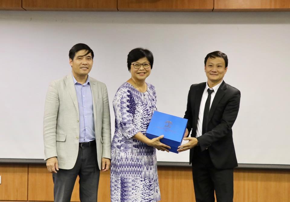 Representatives of the participants preseting souvenier gift to Ms. Tina Ng, Director of CSC International
