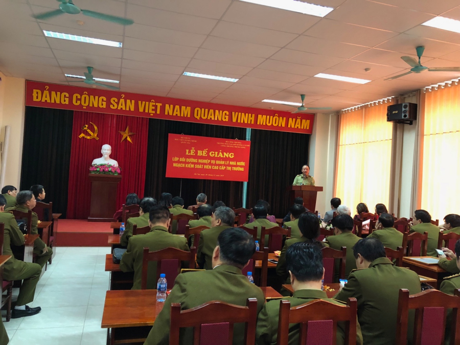 Mr. Tran Huu Linh, General Director, General Department of Market Surveillance delivering a speech
