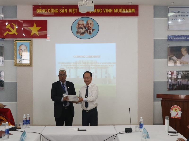 Dr. Ha Quang Thanh presenting certificate and souvenir to Dr. Nasiruddin Ahmed