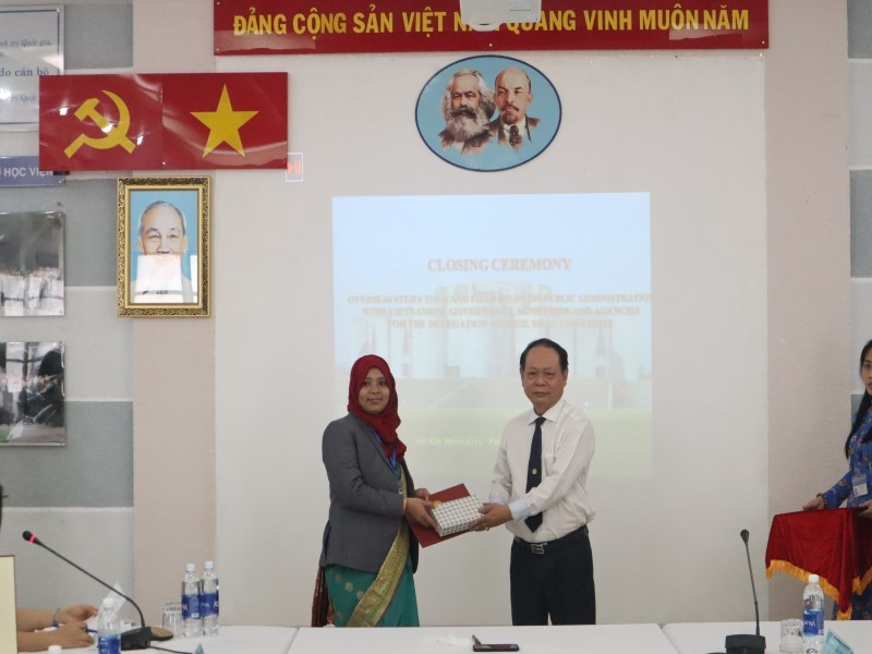 Dr. Ha Quang Thanh presenting certificate and souvenir to the course participant