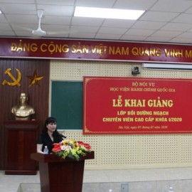 Ms. Le Phuong Thuy – Deputy Director of Refresher Training Management Department announcing the Decision No. 786/QD-HCQG dated April 29 2020 by NAPA President on organization of the training course for senior officials at NAPA.
