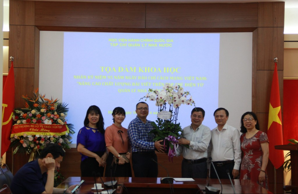 Dr. Nguyen Nghi Thanh, Deputy Editor-in-Chief, Journal of Home Affairs Sciences congratulating the State Management Review.
