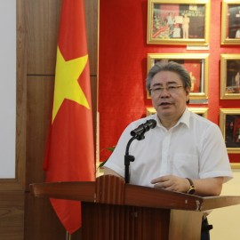 Dr. Dang Xuan Hoan, NAPA President, congratulating the State Management Review on Vietnam Revolutionary Press Day (June 21)
