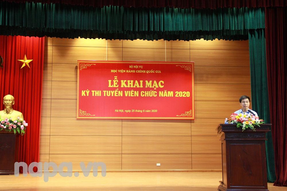 Dr. Nguyen TienHiep, Director, Department of Personnel and Organization announcing the decisions  on the public service recruitment examination in 2020 at NAPA