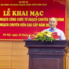 Mr. Vu Dang Minh - the Chief of Office of MOHA, member of the Examination Council announcing decisions of the examination.