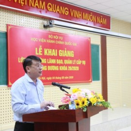 Dr. Bui Huy Tung, Director, Department of Refresher Training Management announcing the Decision on organization of the training course for ministerial department-level leaders and managers at NAPA