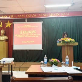 Ms. Dam Thi Thanh Tam, Deputy Head of Division, Department of Refresher Training Management announcing the Decisions on organization of the training course