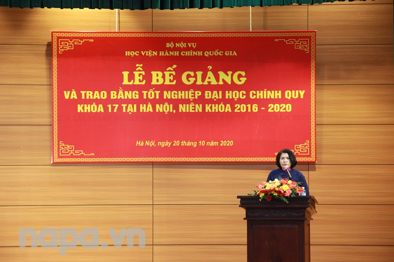 Ms. Phan Thi Thanh Huong presented the report at the ceremony