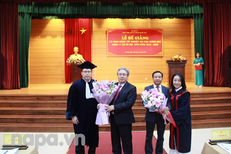 Representatives of graduates presented bouquet of flowers to pay tribute to NAPA leaders.