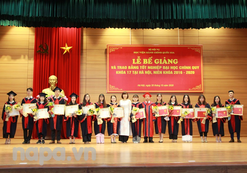 Dr. Nguyen Dang Que, NAPA Vice President and Assoc.Prof.Dr. Nguyen Thi Hong Hai, Dean, Faculty of Administrative Science and Organization-Personnel Management  presenting degrees to the students with excellnet academic achievements