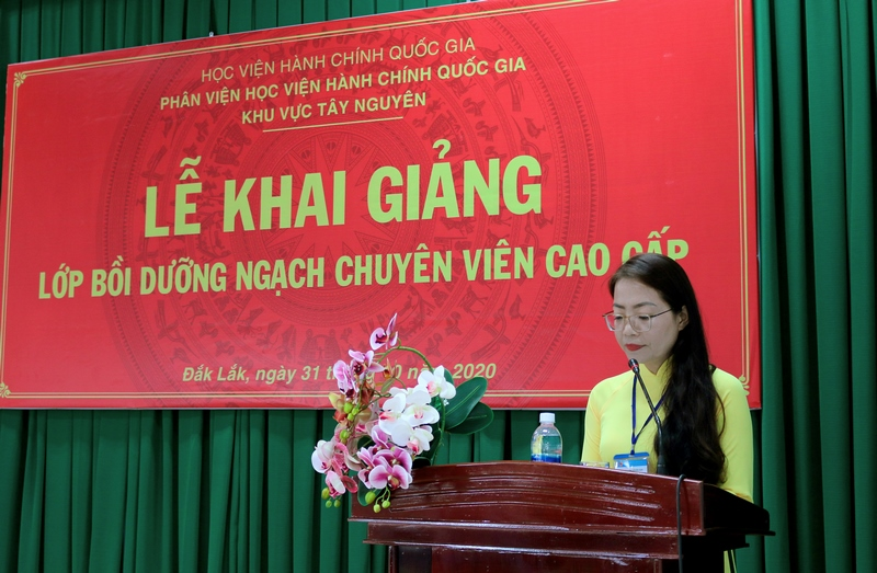 Ms. Le Kim Loan, Deputy Head, Division of Refresher Training Management, NAPA Campus in Tay Nguyen announcing decisions on organizing the training course