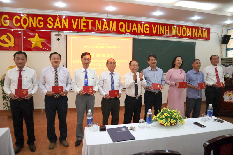 Dr. Ha Quang Thanh presenting certificates of completion to the course participants
