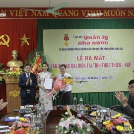Dr. Nguyen Quang Vinh, Editor-in-chief of State Management Review presenting the Decision on establishment of the Representative Office of the State Management Review  in Thua Thien – Hue province