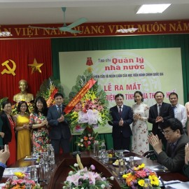 Assoc.Prof.Dr. Nguyen Hoang Hien, Deputy Director General, NAPA Branch Campus in Hue City giving flowers to congratulate the State Management Review
