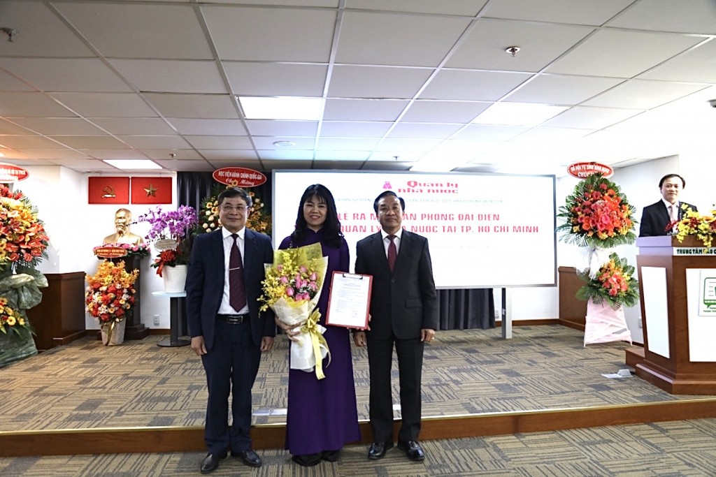 Leaders of NAPA and State Management Review handed the Decision to Ms. Nguyen Thi Thuy Van, Deputy Head, Board for State Management Review Online as Chief of Representative Office in Ho Chi Minh City
