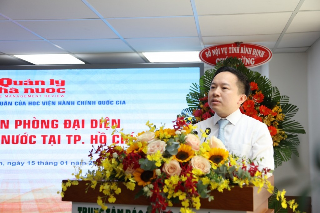 Mr. Tu Luong, Deputy Director, Department of Information and Communications of Ho Chi Minh City congratulating the Representative Office of State Management Review in Ho Chi Minh City