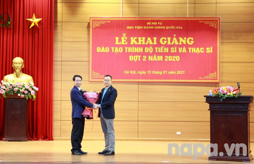 Representative of doctoral students presenting flowers to NAPA Vice President Luong Thanh Cuong