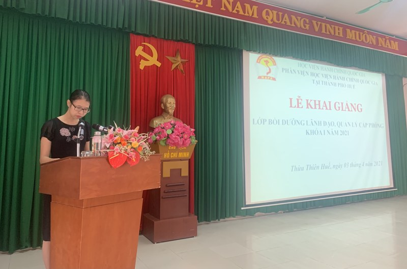 Ms. Mai Thi Phuong Dung, Head of Refresher Training Management Division, NAPA Branch Campus in Hue city announcing decisions of organization of the training course