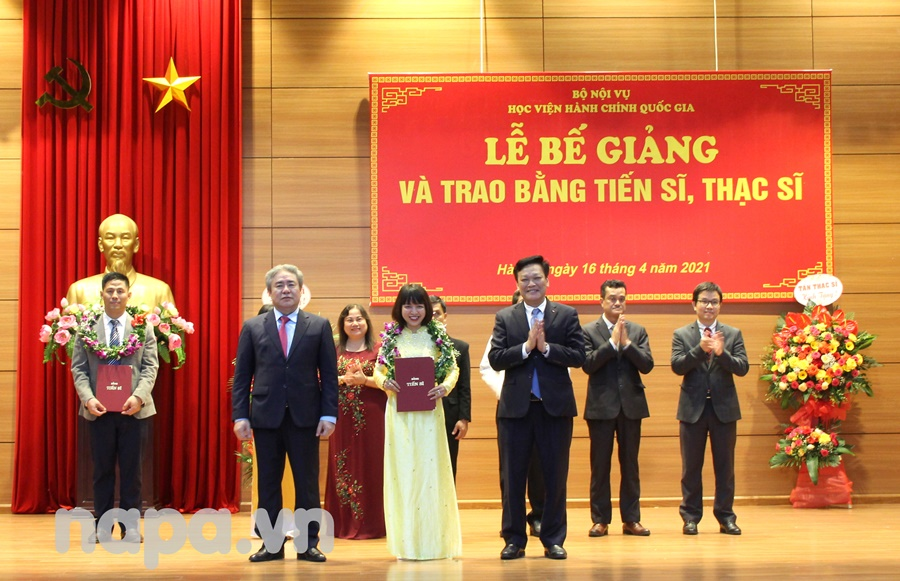 Mr. Nguyen Duy Thang and Dr Dang Xuan Hoan presenting degrees to newly graduated doctors.