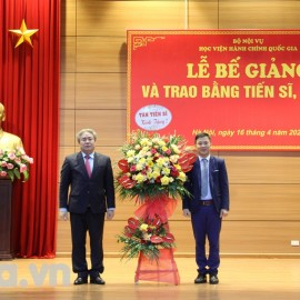 Mr. Truong Quoc Viet, on behalf of newly graduated doctors, presenting flowers to NAPA President, Dr. Dang Xuan Hoan