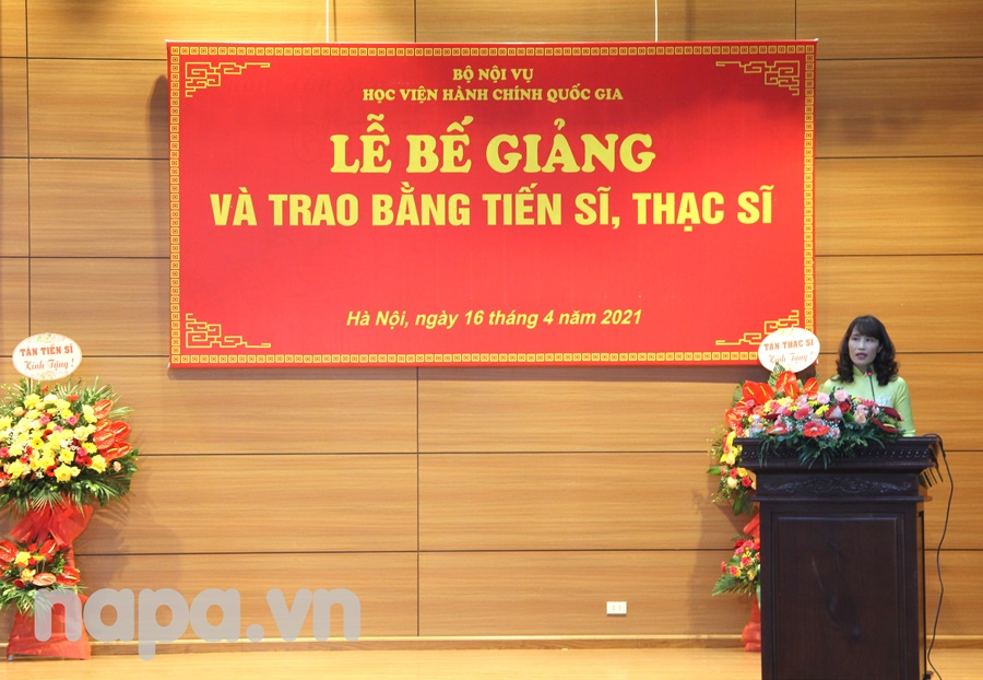 Asoc.Prof.Dr. Hoang Mai reporting the results of the doctoral and master  training