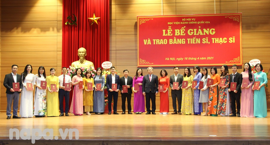 Dr. Dang Xuan Hoan and the newly graduated doctors .
